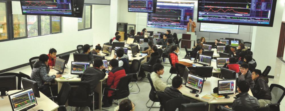 学生在证券银行模拟实训室实践_副本.jpg