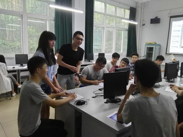 IMG_2016年5月罗森老师对特色工作室学生进行创作指导   白雪摄.jpg